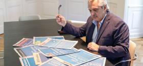 El presidente Alberto Fernández leyendo diarios argentinos